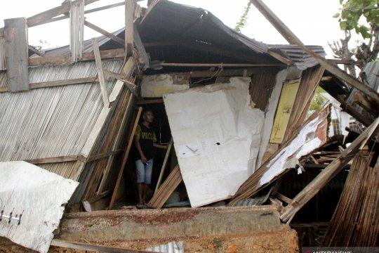 korban bencana puting beliung di kupang terima bantuan beras