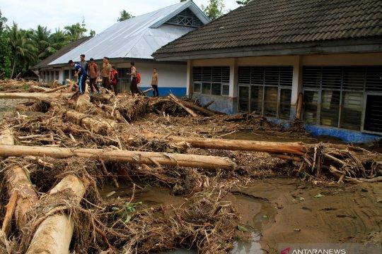 Korban banjir bandang Mamuju mulai bersihkan rumah