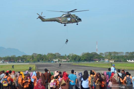 Latihan evakuasi korban pertempuran