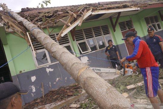 Pemkab Tulungagung salurkan material untuk korban angin kencang