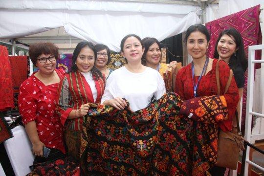 Menko PMK dukung busana sarung sebagai pakaian resmi Indonesia