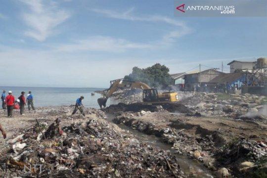 Aksi bersih sampah angkut 20 ton sampah Pantai Kupang