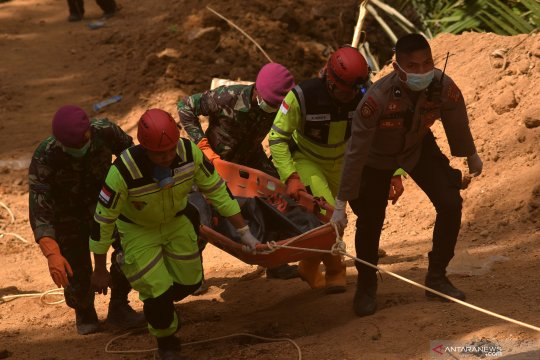 Evakuasi korban tambang emas ilegal