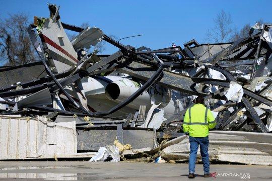 Pesawat rusak akibat tornado di Alabama