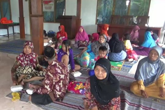 Akibat banjir, ratusan warga Ngawi-Jatim  bertahan di pengungsian
