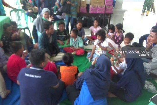 Petugas perpustakaan hibur anak-anak pengungsi banjir Madiun
