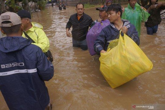 Penyaluran logistik pangan untuk korban banjir