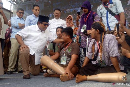Prabowo memberikan kaki palsu kepada penyandang disabilitas di UKRI