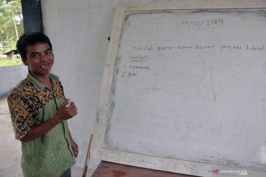 Warga Suku Talang Mamak belajar membaca dan menulis di Sekolah Dasar Plus