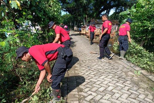 Brimob Bojonegoro kerja bakti bersihkan rumah warga