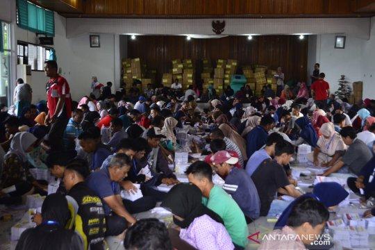 KPU Tanah Datar kerahkan 282 pekerja lipat surat suara pemilu