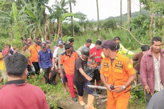 Basarnas Makassar evakuasi jasad di Sungai Jeneberang