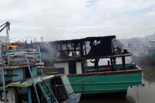 Sebuah kapal nelayan terbakar di Muara Angke