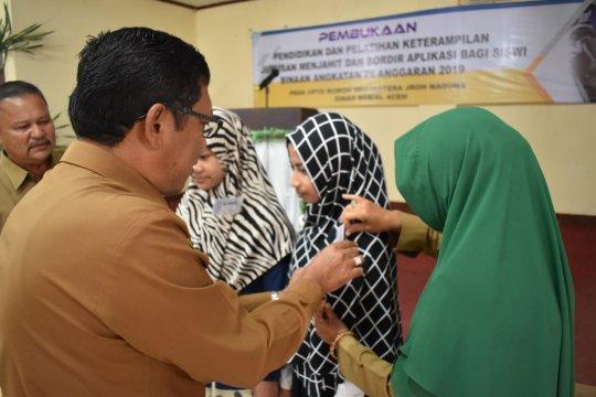 Remaja putus sekolah di Aceh dilatih keterampilan jahit bordir