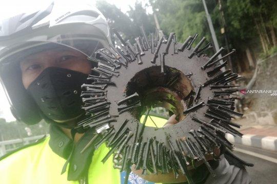 Relawan Saber temukan satu kilogram paku di Jalan Gatot Subroto