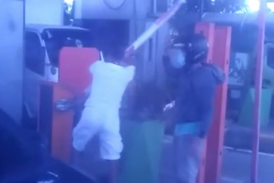 Pengawal jenazah rusak palang pintu otomatis GT Cengkareng 2
