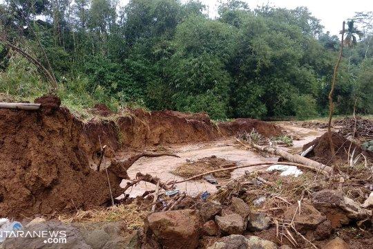 Ratusan warga Sukabumi-Jabar mengungsi akibat bencana