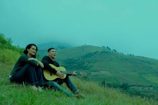 Ganindra Bimo belajar bahasa Batak dari Atiqah Hasiholan demi film