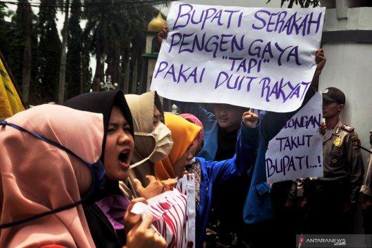 Protes pembelian mobil dinas mewah Bupati Pandeglang