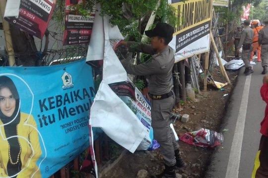 Petugas gabungan tertibkan 1.593 APK di Jakarta Utara