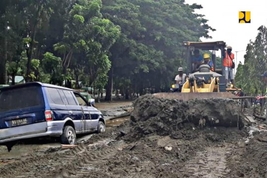 PUPR bantu evakuasi dan bersihkan jalan banjir Jayapura