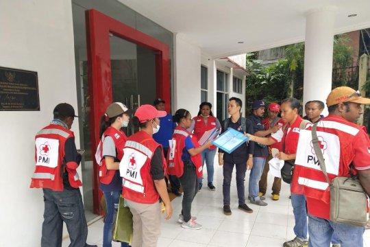Kantong jenazah disiapkan untuk evakuasi korban banjir Jayapura