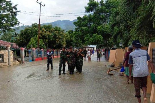 TNI amankan peti uang terbawa banjir Sentani