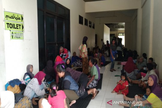Ratusan korban banjir Kulonprogo mengungsi di Stadion Cangkring