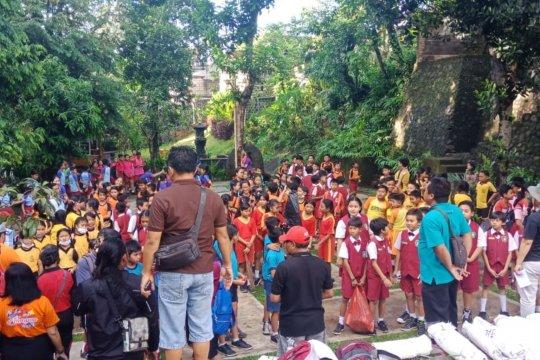 """Lomba """"nuduk"""" sampah plastik diikuti ratusan siswa SD di Denpasar"""