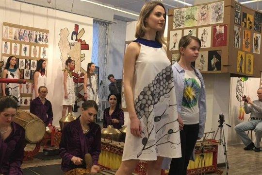 Alunan gamelan iringi peragaan busana di Moskow