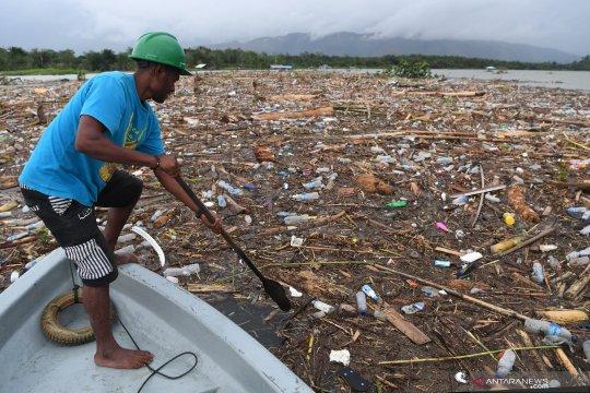 Tumpukan sampah tutupi permukaan Danau Sentani