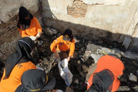 500 personel Satpol PP bersihkan puing kebakaran Krukut
