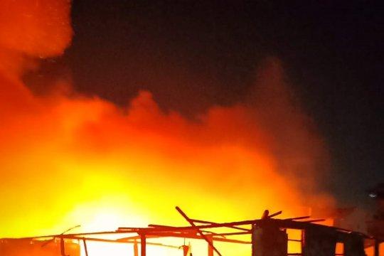Sejumlah rumah di pemukiman padat Kampung Beting Pontianak terbakar