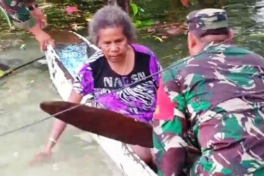 Babinsa berhasil evakuasi Nenek Friskila Wally dari Danau Sentani