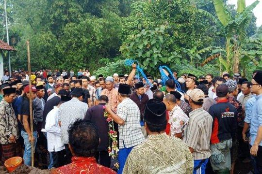 Bupati Mojokerto nonaktif  narapidana rutan hadiri pemakaman anaknya