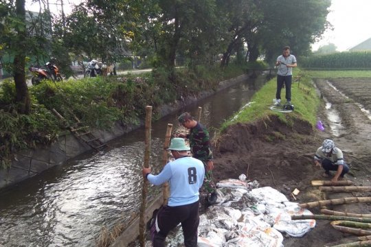 BPBD Kabupaten Kediri-Jatim pasang penahan air di tanggul jebol