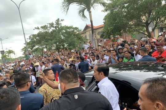 Presiden tiba di Bali langsung diserbu seribuan warga