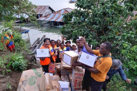 Polisi salurkan bansos bagi korban banjir di Dondai-Kwadeware