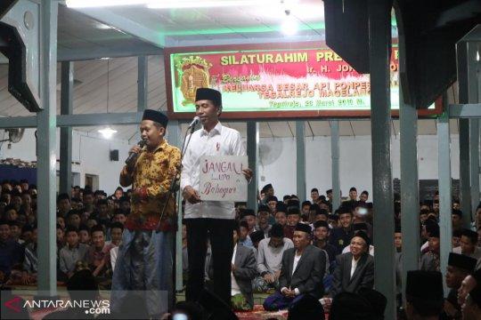 """Presiden Jokowi dapat ucapan """"jangan lupa bahagia"""" dari santri"""