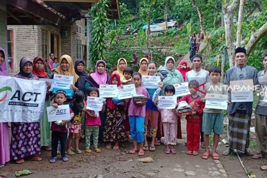 ACT salurkan bantuan sepatu bagi pelajar terdampak banjir di Lampung