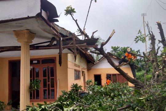 Di Probolinggo-Jatim, puluhan rumah rusak diterjang angin kencang