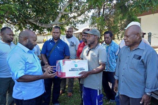 Bupati Mamteng beri bantuan untuk korban banjir Sentani