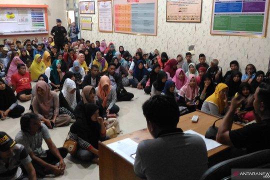 Warga Gorontalo Utara antusias jadi pelipat surat suara Pemilu 2019