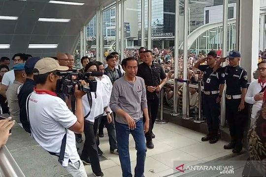 Tiba di stasiun Bundaran HI, Jokowi disambut ribuan warga