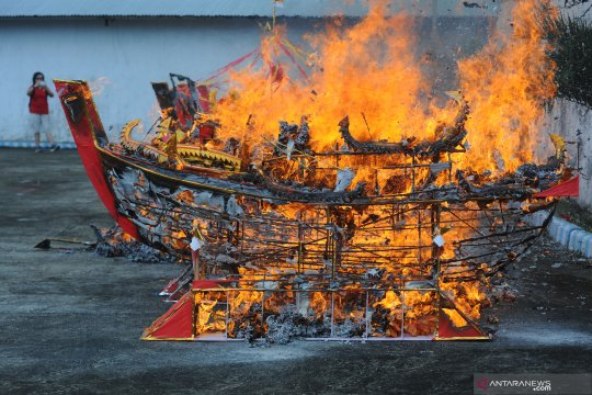 Ritual bakar replika kapal