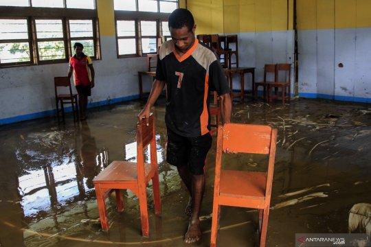 Bersihkan sekolah pascabanjir bandang