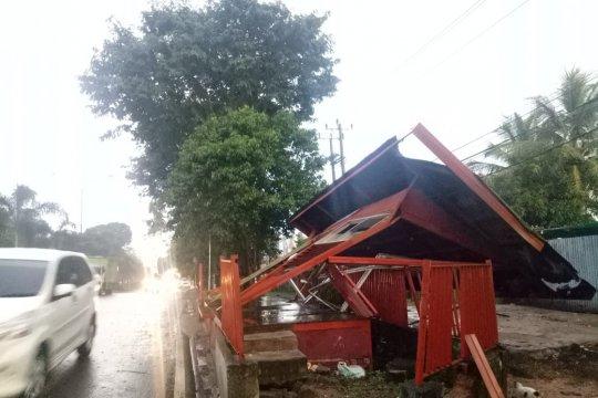 Angin kencang robohkan pohon dan halte di Palembang