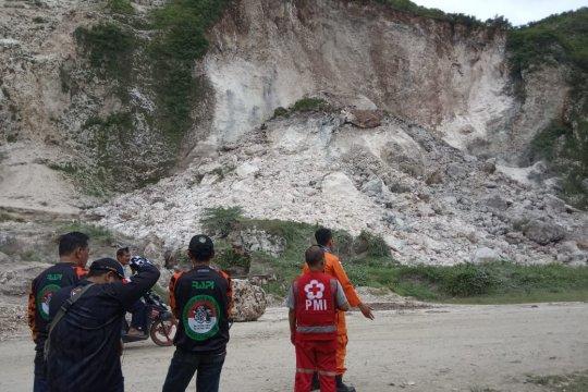Satu pekerja tambang tertimbun longsor di Gunung Kapur Jember