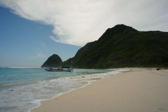 Jatuh cinta pada pantai-pantai Sumbawa Barat