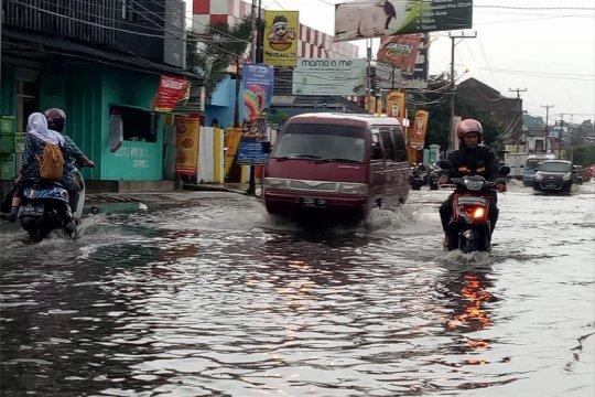 Betonisasi drainase penyebab banjir  jalanan di Garut